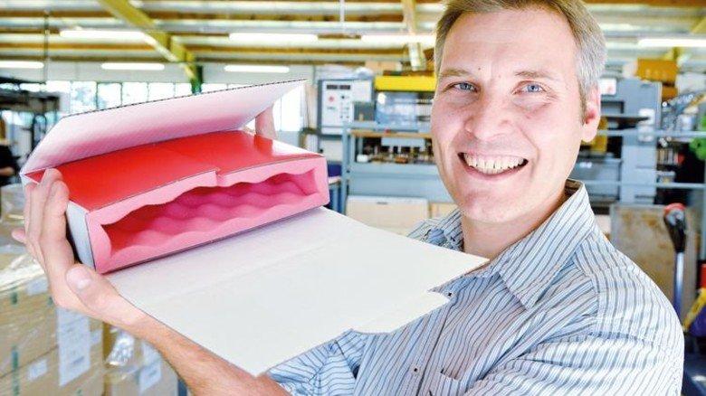 Kontrolle: Dirk Combrink bei der Qualitätsprüfung einer antistatischen Verpackung. Foto: Scheffler