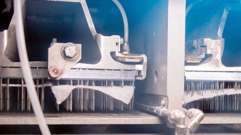 Rasante Nadelstiche: Hier verhaken sich die Fasern miteinander. Foto: Strassmeier