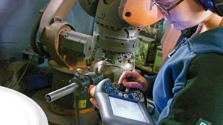 """Kerstin Ernst am Spritzautomaten: Der bringt in Windeseile eine schützende Titan-Kante auf die Felge des """"Etos"""" auf. Foto: Werk"""