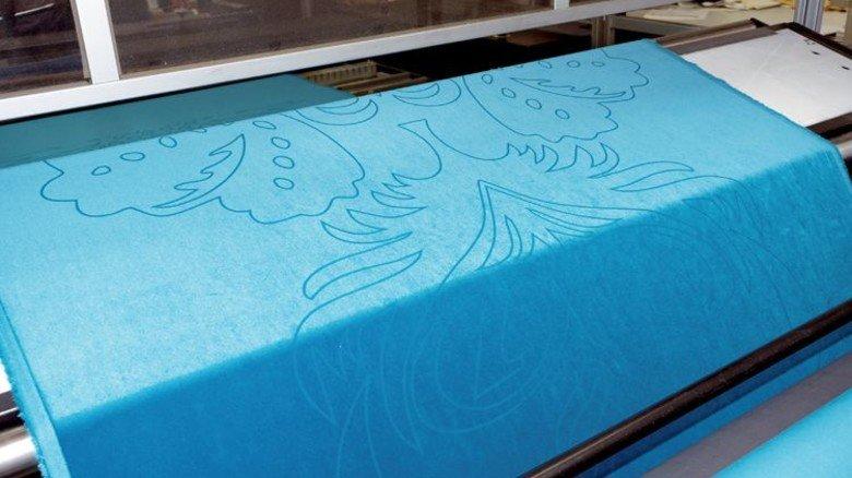 Lasergravur: Die Oberfläche des Stoffs wird kontrolliert verbrannt. Foto: Egbert