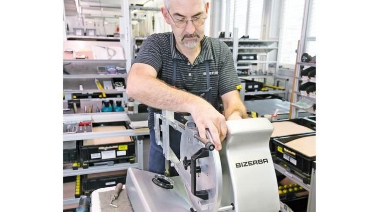 Für die Wursttheke: Karl-Heinz Lautenbacher montiert eine Schneidemaschine. Foto: Mierendorf