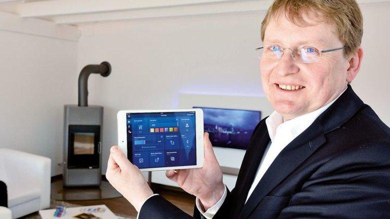 Im Showroom: Oliver Barta demonstriert die Smarthome-Lösungen von Bosch. Foto: Scheffler