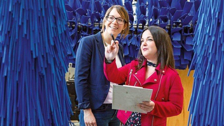 Verstehen sich: Susanne Neher (links), Personalerin der Otto Christ AG in Memmingen, und die Auszubildende Ana María Hinojosa Rosado aus Spanien.