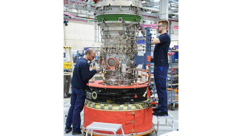 Hier werden auch kleinere Triebwerke für Business-Jets produziert: Jan Krönert (links) und Justin Mahn bei der Arbeit.