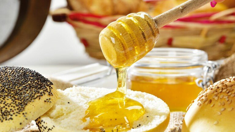 Gemütlich fließt er dahin: Honig gehört für viele Mitmenschen zum täglichen Frühstück einfach dazu.
