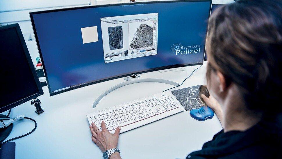 Alles digital: Eine Kollegin des LKA Bayern bei der Auswertung von Fingerabdrücken.