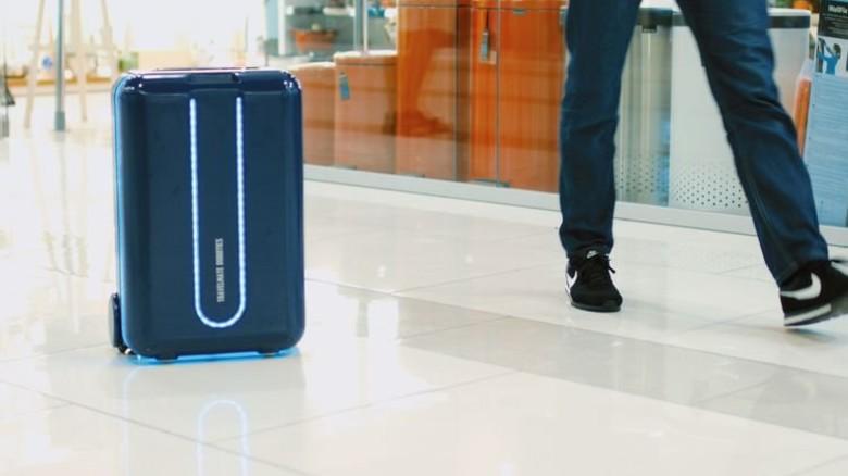 """Rollt hinterher: Der Koffer von """"Travelmate"""" folgt seinem Besitzer. Foto: Travelmate Robotics"""