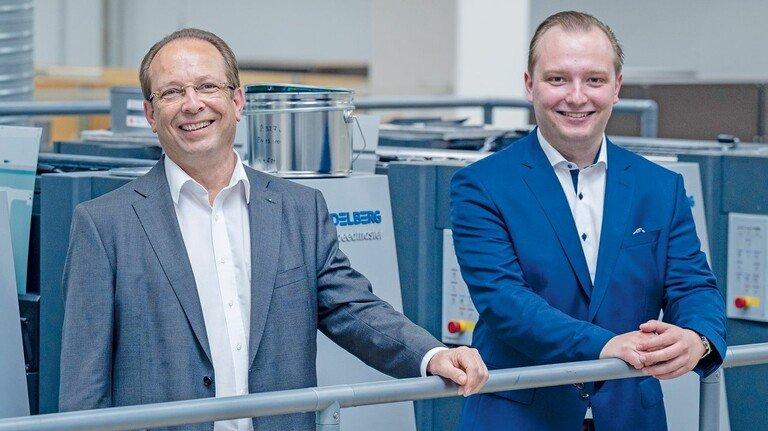 Vater und Sohn an der topmodernen Druckmaschine: Günther und Daniel Berninghaus.