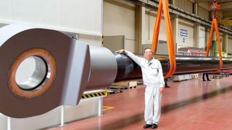 Fertigung in Bayern: Der Riesenzylinder für einen Schwimmbagger, gefertigt von Hunger in Lohr am Main, vor dem Transport nach China. Foto: Werk