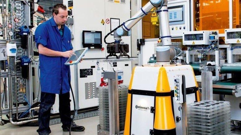 Realität: Bei Continental in Babenhausen arbeiten Projektleiter Heiko Liebisch und Roboter Claus Hand in Hand. Foto: Werk