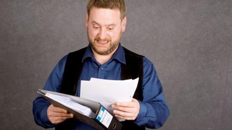Aaaaargh: Der Blick auf die jährliche Renteninformation macht Sohn Christopher wenig Freude. Foto: Straßmeier