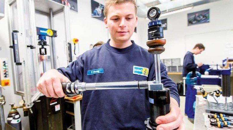 In der Ennepetaler Fabrik: Jeder Motorsport-Dämpfer wird von Hand gefertigt. Foto: Straßmeier