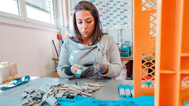 Produktion: Giusy Di Fede montiert Hornhautraspeln, steckt die Griffe und die Raspelflächen zusammen – und prüft, ob alles makellos verarbeitet ist.