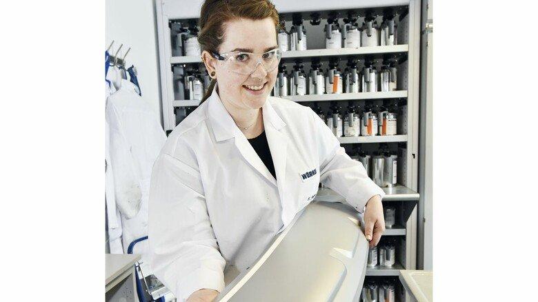 Arbeitsplatz im Labor: Michelle Paßmann präsentiert einen Stoßfänger mit perfekter Beschichtung, in dem Sensoren verbaut werden können.