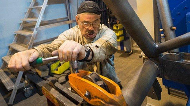Handarbeit: Auch mit 56 Jahren schont sich der Mann nicht. Foto: Straßmeier