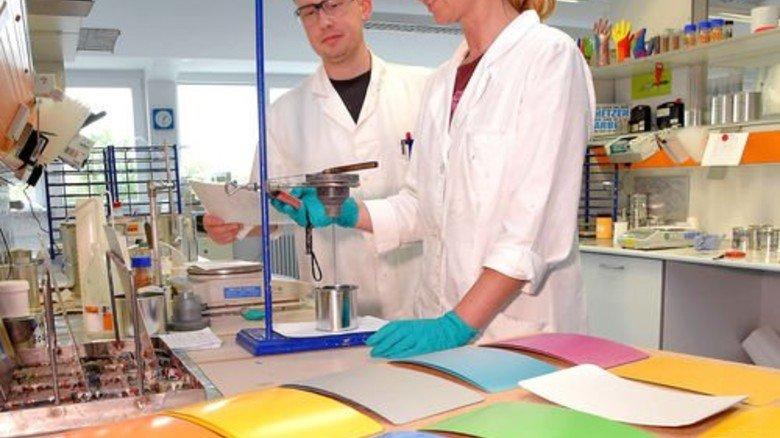 Qualitätstest: Michael Ellwardt und Anja Oster prüfen die Fließfähigkeit eines Lacks. Foto: Sandro
