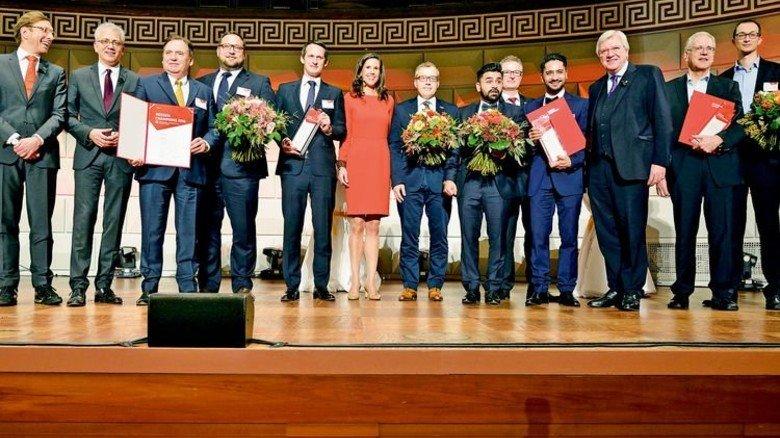 Preisverleihung: Die Hessen-Champions mit VhU-Präsident Wolf Matthias Mang, Wirtschaftsminister Tarek Al-Wazir (von links), Moderatorin Corinna Egerer (Mitte), Ministerpräsident Volker Bouffier (Dritter von rechts). Foto: Scheffler