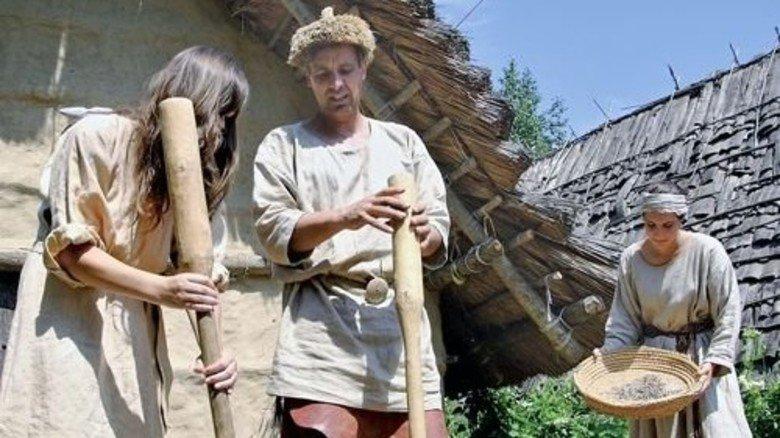 Vorführung: Lebendige Archäologie im Federseemuseum in Bad Buchau. Foto: Veranstalter
