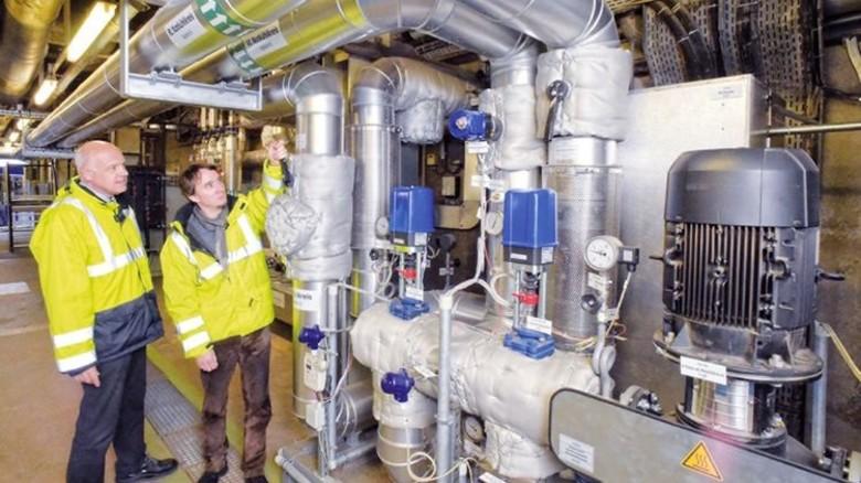 Am Wärmeverteiler: Ingenieur Christoph Stumpp (rechts) mit Technikleiter Heiner Hassemer. Foto: Sandro