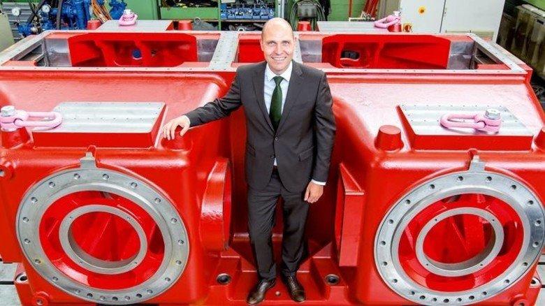 Setzt auf Technologie-Führerschaft: Geschäftsführer Alexander Peters vor einem Kurbelgehäuse. Foto: Tack