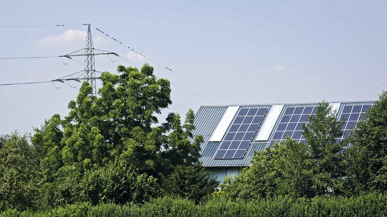 Grüner Strom: Sein Anteil wächst. Er muss aber auch mit Hochspannungsleitungen verteilt werden.