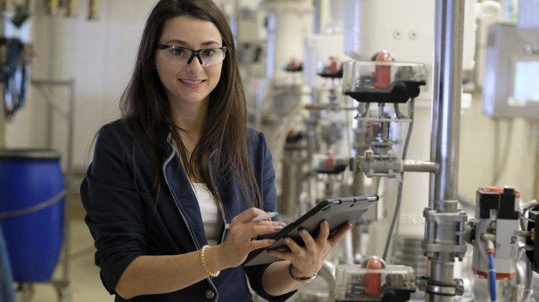 Analog und digital gefragt: Margaux-Sarah Zaufenberger ist unter anderem mitverantwortlich für die Firmen-App Ursa Inside.