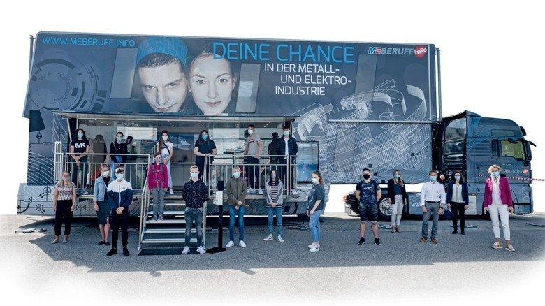 Informiert: Schüler am M+E-Truck vor dem BMW-Werk Landshut.