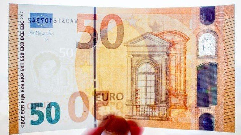 """Der Neue: Eine """"50"""" schillert grün, die mythische Prinzessin Europa blickt durchs Fenster-Hologramm. Foto: dpa"""