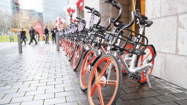 In Reih und Glied: Jetzt kann man Räder von Miet-Mobike auch in Berlin mieten. Foto: dpa