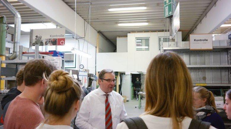 Austausch:  Mankenberg-Chef Axel Weidner im Gespräch mit den Studenten. Foto: Werk