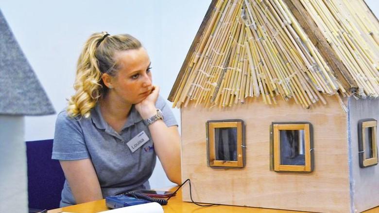 Kniffelige Aufgabe: Die Schüler mussten ein Modellhaus bauen. Foto: Schwandt