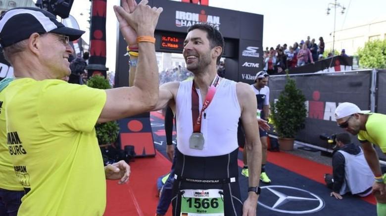Nach rund 11 Stunden und 20 Minuten hatte Malte Schön es geschafft – er lief durchs Ziel und bekam eine Medaille. Foto: Christian Augustin