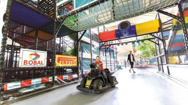 Spaß in Bispingen: In der weitläufigen Anlage mit viel Natur gibt es auch Mini-Autos für Kinder. Foto: Center Parcs