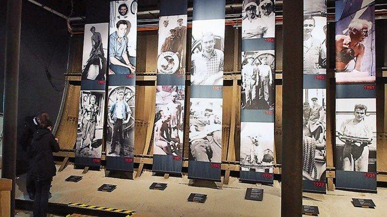 """Sie waren dabei: Im Inneren des Frachtseglers gibt es unter Deck eine umfangreiche Ausstellung, in der auch Bilder von der Besatzung der """"Passat"""" zu sehen sind. Foto: Kathrin Romer"""