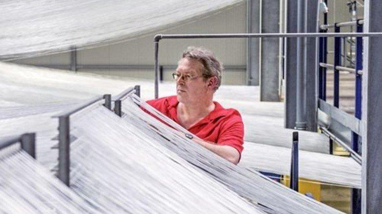 Glasfasern, wohin man sieht: Maschinenführer Klaus Feldhaus bei der Arbeit. Foto: Roth