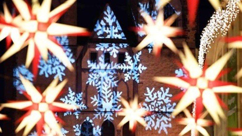 Leuchtende Deko: Herrnhuter Sterne auf dem Magdeburger Weihnachtsmarkt. Foto: dpa