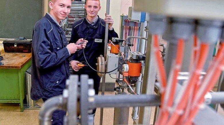 Neu bei Grace: Die angehenden Elektroniker Nico Ohler (links) und Lukas Rheineck. Foto: Sandro