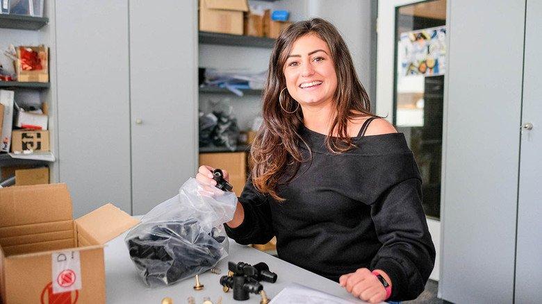 Prototypenteile sind angekommen: Die Auszubildende Vanessa Lendzian (25) prüft bei Jäger in Hannover den Eingang.