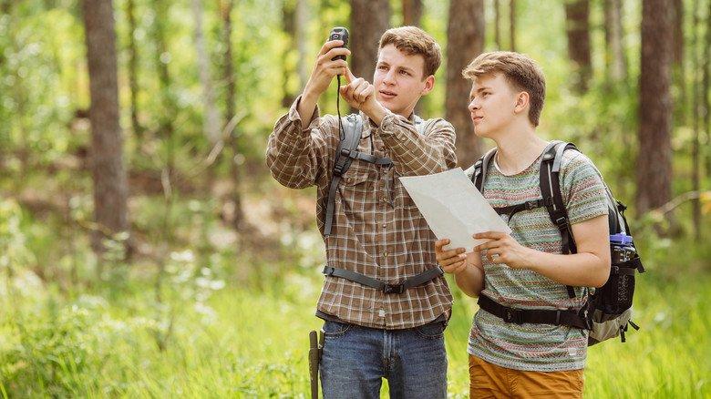 Geocaching ist beliebter Freizeitspaß für die ganze Familie. Es gibt unzählige Touren, die man erkunden kann und an deren Ende ein versteckter Schatz wartet.