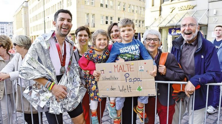 Im Zielbereich wurde Malte Schön von seinen beiden Kindern und ihren Großeltern begrüßt. Foto: Christian Augustin