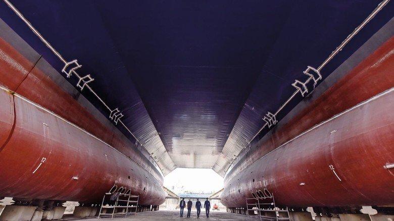 """Ungewöhnlicher Rumpf: Das Forschungsschiff """"Planet"""" im Dock des Dienstleisters EWD."""