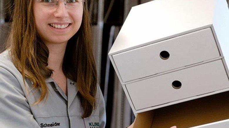 Produkte für Discounter: Entwicklerin Barbara Schneider mit einem Prototyp. Foto: Scheffler
