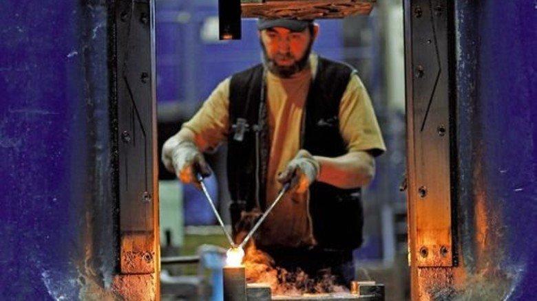 Heißes Eisen: Zequir Rexhepi bewegt die Teile mit langen Zangen. Foto: Derian