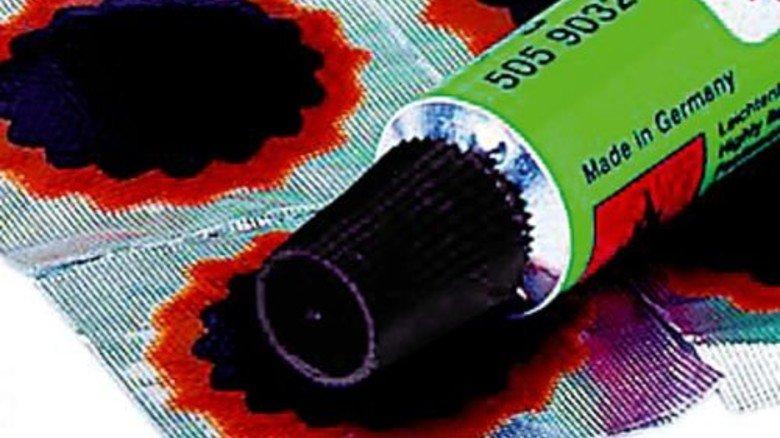 … eine neue Gummilösung verbindet Flicken und Schlauch sofort. Foto: Werk