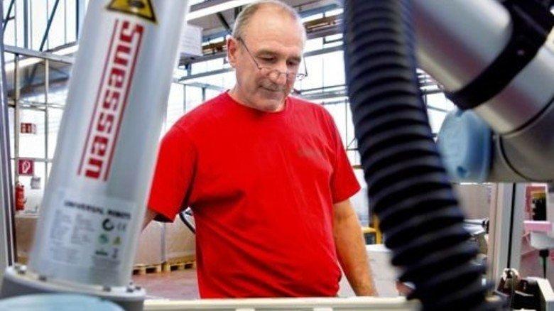 Hand in Hand: Viktor Balz arbeitet bereits mit einem Roboter zusammen. Foto: Eppler