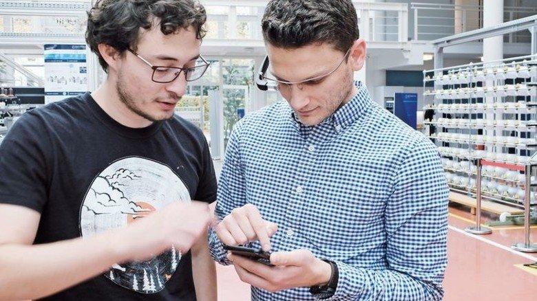 Smartphone als Werkzeug: Saggiomo und sein Kollege Ricardo Vega steuern einen Drucker per App. Foto: Roth