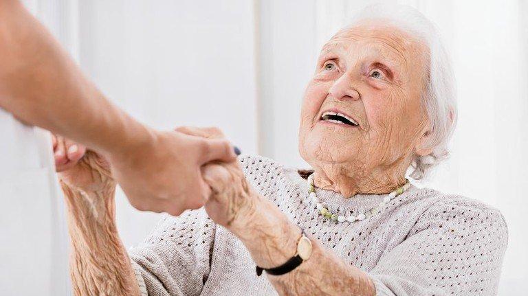 Helfende Hand: In Deutschland fehlen viele Tausend Pflegekräfte. Foto: Adobe Stock