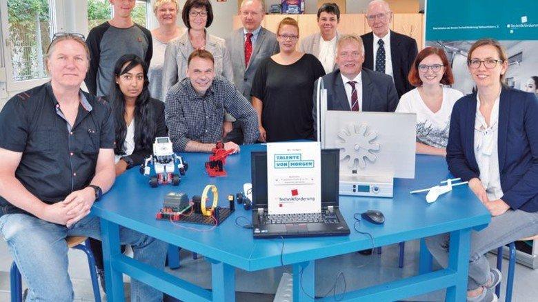 Ausgezeichnet: Bei Bleistahl in Wetter trafen sich Technikförderer und engagierte Firmenvertreter zur Plakettenübergabe. Foto: SIHK