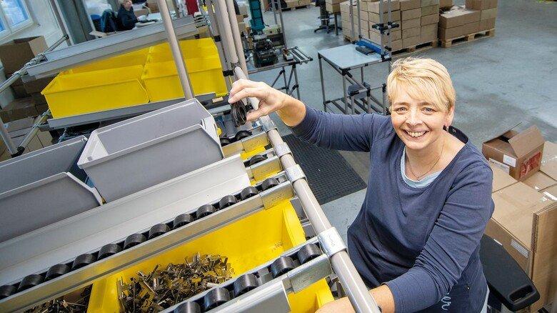 Logistik: Bereichsleiterin Claudia Mack hat bei Verpackung und Baugruppenmontage den Überblick.