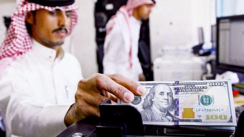 Wechselstube in Riad: Hier gibt es Dollar genug. Das Land aber muss jetzt sparen. Foto: Reuters